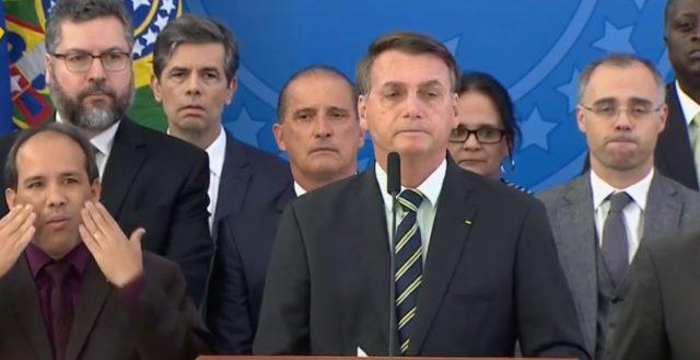 Bolsonaro, acompanhando de seus ministros, durante o pronunciamento desta sexta-feira