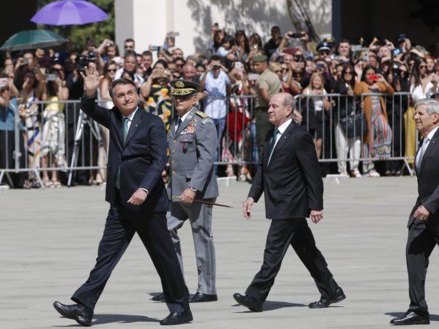 Jair Bolsonaro, o ministro da Defesa, Fernando Azevedo e Silva, e o chefe do gabinete de segurança institucional, general Augusto Heleno