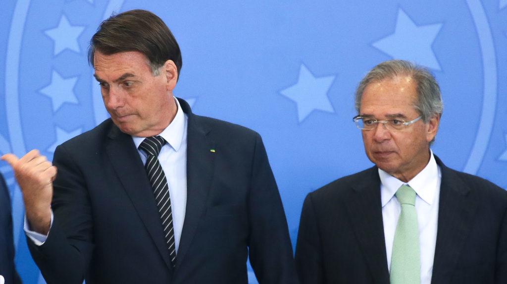 Animado com o aumento da popularidade, o presidente Jair Bolsonaro tem cobrado do ministro Paulo Guedes (Economia) posição menos resistente ao aumento de gastos públicos. O foco são obras e benefícios sociais