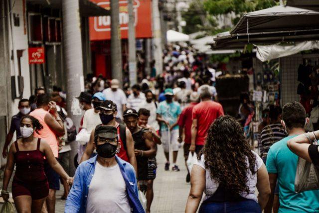 Movimentação no centro de Fortaleza no primeiro dia da Fase 1 do Plano de Retomada Responsável das Atividades Econômicas e Comportamentais no Ceará