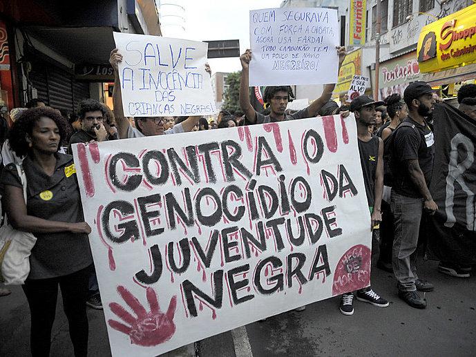 Em ato Contra o Genocídio da Juventude Negra, manifestantes protestam contra a morte de cinco jovens negros por PMs (Tomaz Silva/Agência Brasil)