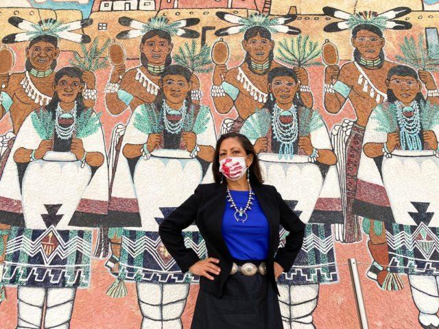 A democrata Deb Haaland, eleita deputada pelo estado do Novo México — Foto: Reprodução/Twitter Deb Haaland