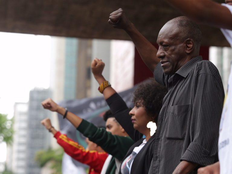 Pessoas erguem o braço em frente ao Masp durante marcha da Consciência Negra de São Paulo de 2017. — Foto: Paulo Pinto/Fotos Públicas