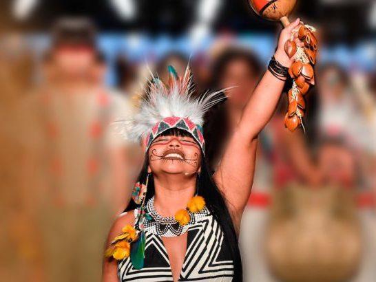 A estilista We'e'ena Tikuna tem longa trajetória na arte assina a primeira grife de moda genuinamente indígena do Brasil Foto: Divulgação
