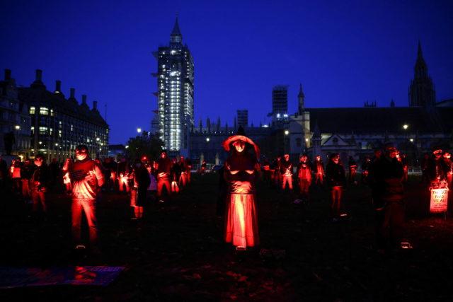 Artistas dos West End protestam na praça do Parlamento, em Londres, por mais incentivos e auxílios para as artes cênicas durante a pandemia de Covid-19; o protesto foi realizado em 31 de outubro - Foto: Henry Nicholls/Reuters