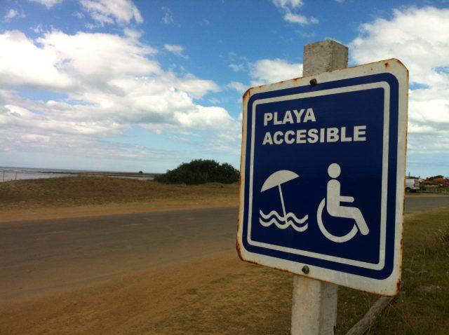 Deputados aprovam regras para tornar praias acessíveis com criação do selo Praia Acessível que já é uma realidade em vários países - Foto: Reprodução