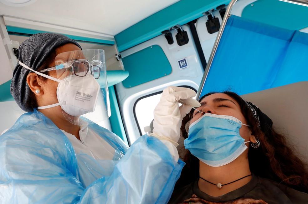Profissional de saúde realiza teste rápido de Covid-19 em paciente em Vina Del Mar, no Chile, neste domingo (20) — Foto: Rodrigo Garrido/Reuters