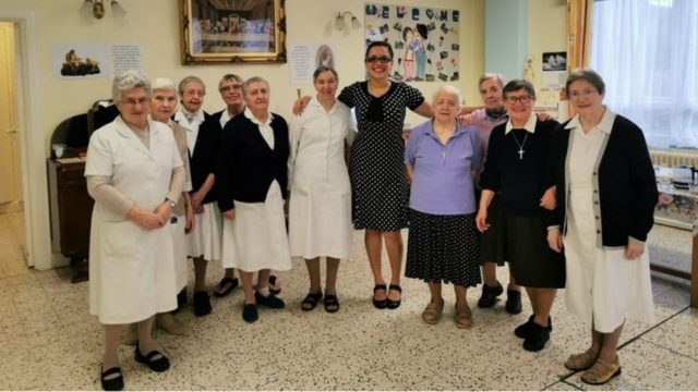 Brasileira, responsável pelo atendimento a 52 idosos, posa junto a freiras que trabalham no Lar St Augustine's, no sudeste de Londres — Foto: ST AUGUSTINE'S/Via BBC