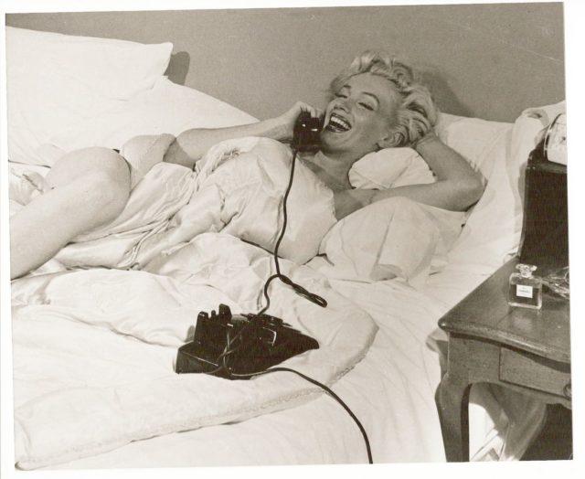 """""""O que você usa para dormir?"""", """"cinco gotas de Chanel Nº5"""", confidenciou Marilyn Monroe em entrevista em 1955. Criado há um século este perfume segue sendo um dos mais vendidos do mundo."""