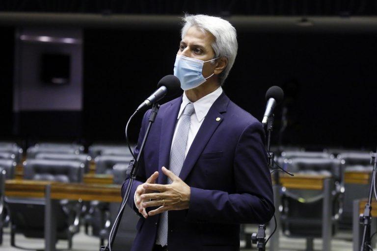 Alessandro Molon denunciou os atos de negligência de Bolsonaro e do ministério de Eduardo Pazuello diante da crise causada pela Covid-19
