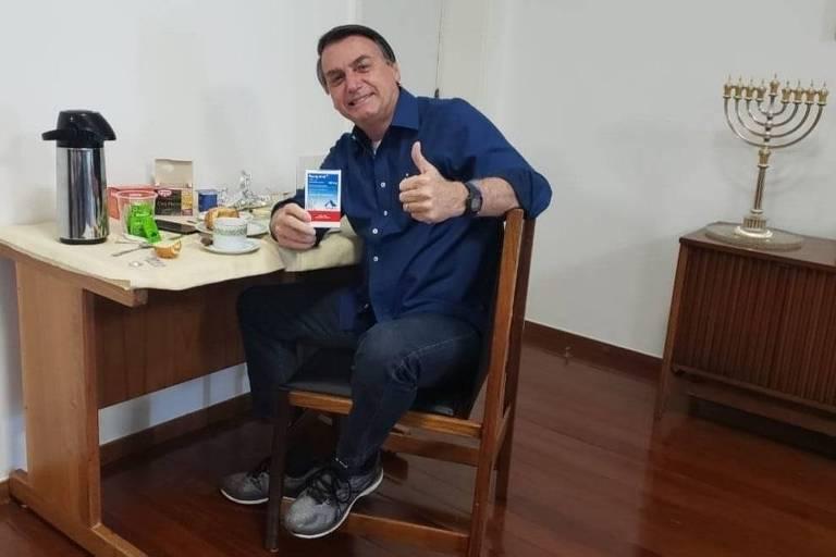 Com caixa de cloroquina, Bolsonaro divulga foto após resultado negativo de PCR para Covid-19 -(Foto: Reprodução/Twitter)