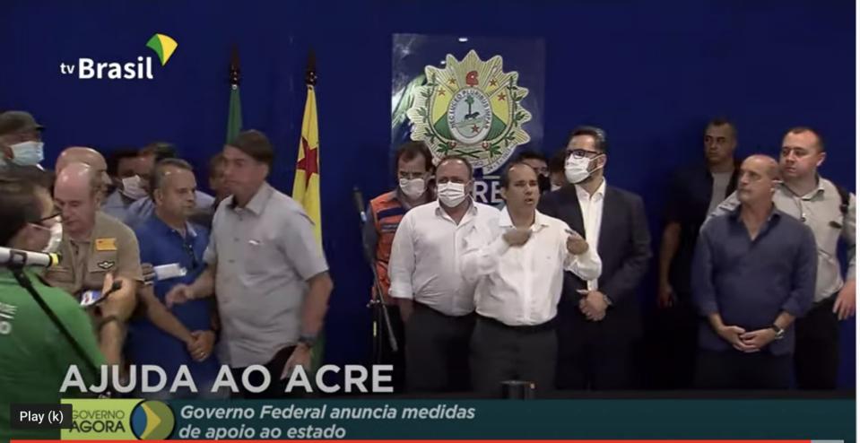 """Em coletiva, o jornalista questionou Bolsonaro sobre uma decisão do STJ que favoreceu o senador Flávio Bolsonaro no esquema das """"rachadinhas"""""""