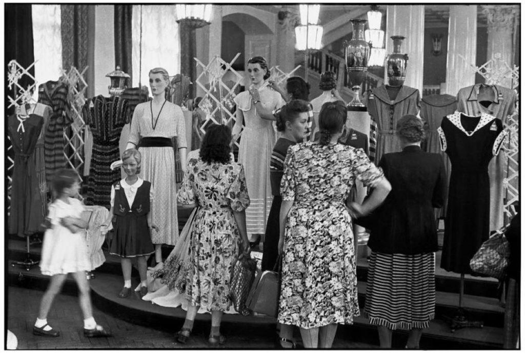 A moda está visceralmente ligada ao produção capitalista. Nem por isso as sociedades de transição socialistas, como a extinta URSS, a aboliram